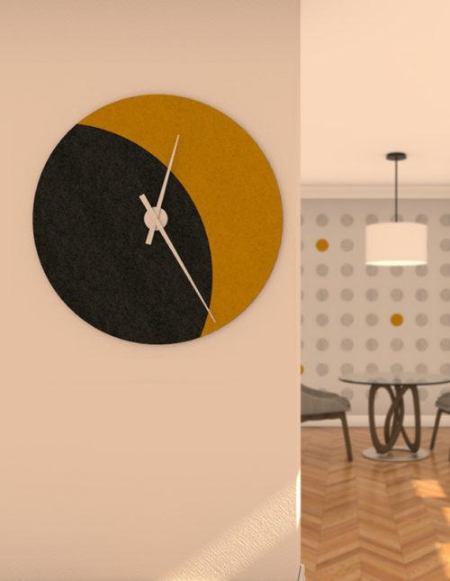 felty Filz Wanduhr Wollfilz auf Korkplatte zur Wandgestaltung Wohnraum Modell Luna zunehmender Mond Größe L Farbe A10 schwarz meliert A12 senfgelb meliert Szene 01