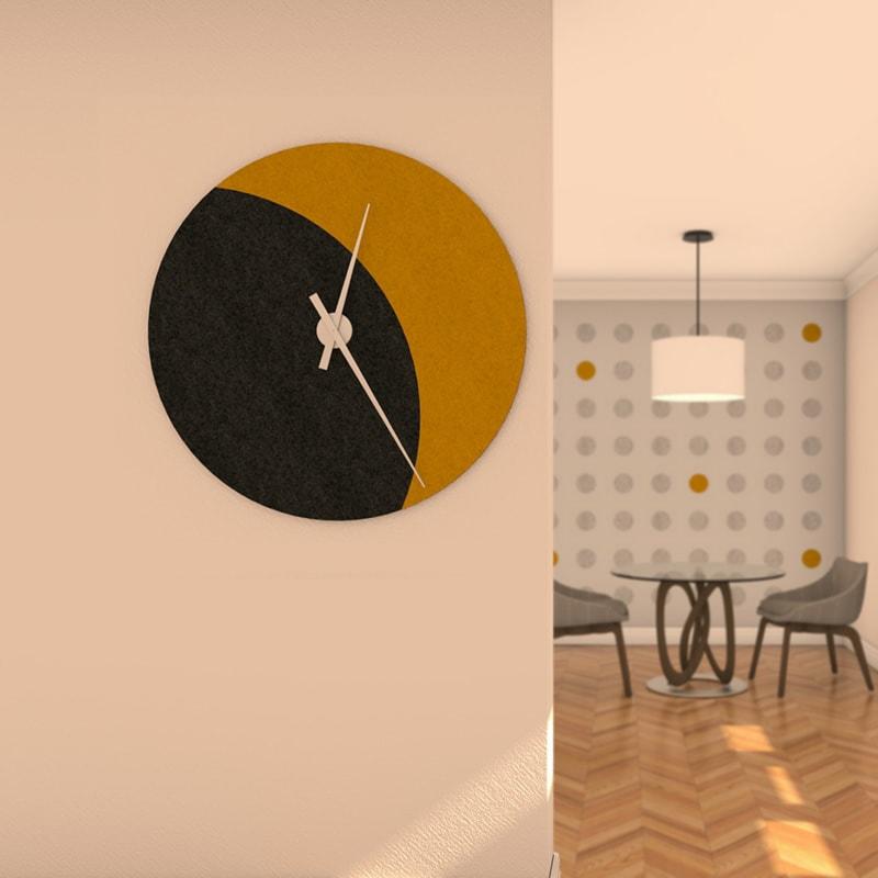 felty Filz Wanduhr Wollfilz zur Wandgestaltung Wohnraum Modell Luna zunehmender Mond Größe L Farbe A10 schwarz meliert A12 senfgelb meliert Szene 01