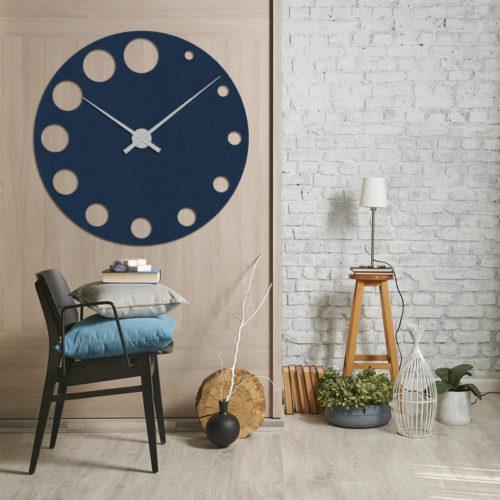 felty Filz Wanduhr Wollfilz auf Vliesplatte zur Wandgestaltung Wohnraum Modell Sandra Farbe A82 stahlblaut Szene 01