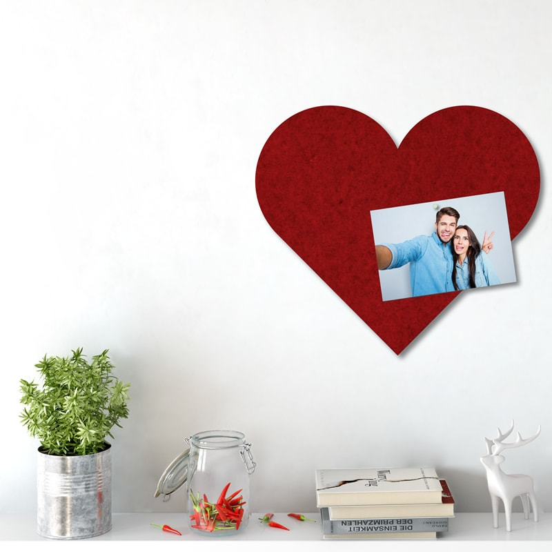 felty Filz Pinnwand Wollfilz auf Vliesplatte zur Wandgestaltung Wohnraum Modell Heart Pinnwand Größe XL Farbe A85 granatrot meliert Szene 02